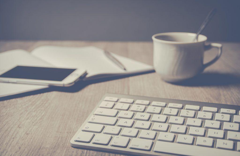 Bureau de travail avec clavier et carnet