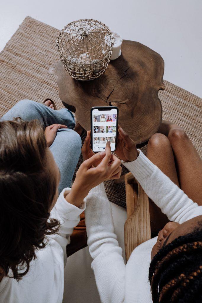 Filles regardant leur fil d'actualité Instagram