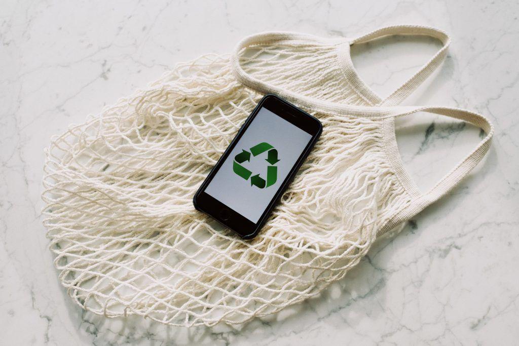 sac en coton et logo recyclable pour montrer l'aspect durable