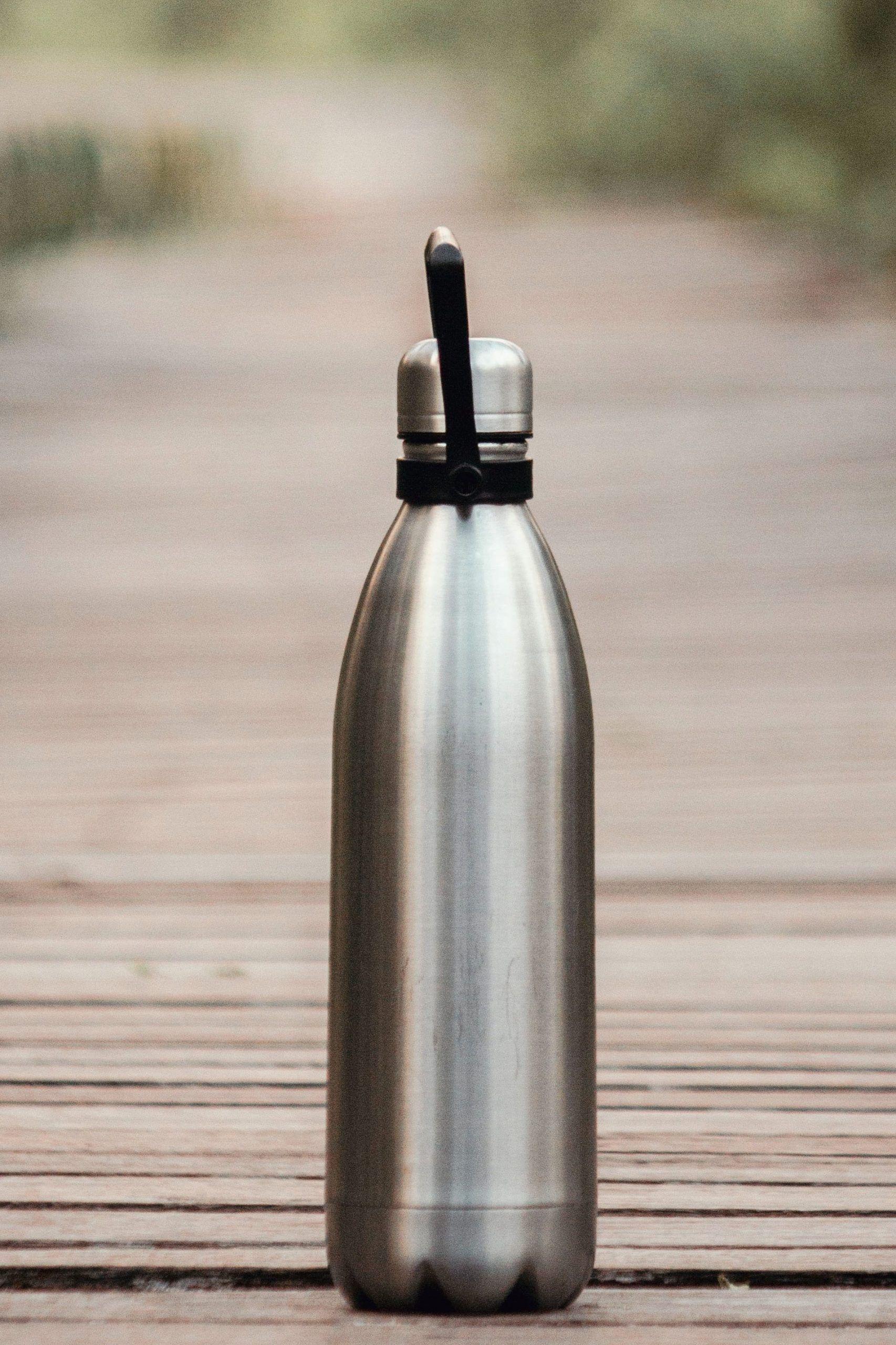 gourde isotherme pour remplacer les bouteilles en plastique afin de boire durable