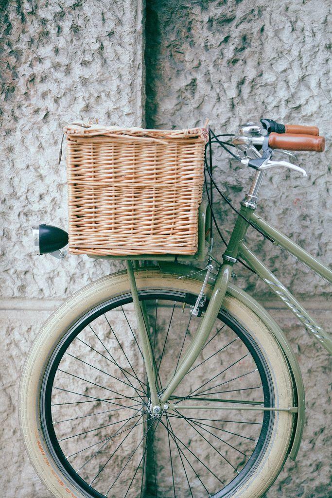 vélo avec panier pour des déplacements durables sans émission de CO2