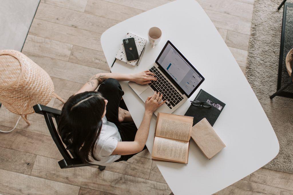 Travailler à domicile sur son ordinateur portable