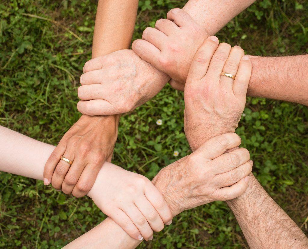 Mains liées pour symboliser l'entraide d'une communauté