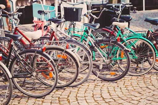 La pollution liée à l'utilisation quotidienne de nos voitures est désastreuse, nous le savons, pour l'environnement mais aussi pour notre santé.  Si cela est possible, privilégiez alors la marche à pied, le vélo, la trottinette, la planche de skate, les rollers ...